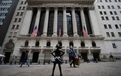 Investors flee stocks, pile into bonds as COVID-19 surges; oil plunges