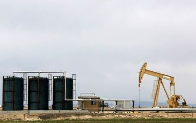 Oil falls as storm-hit U.S. supply trickles back into market